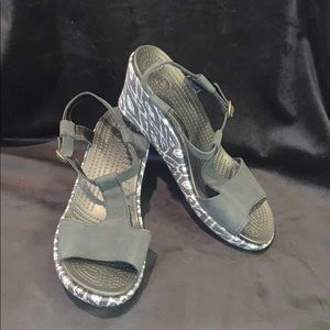 NWOT wedge patterned Crocs
